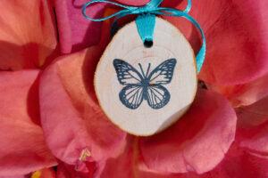 riciclo creativo - cerchio-in-legno-con-farfalla